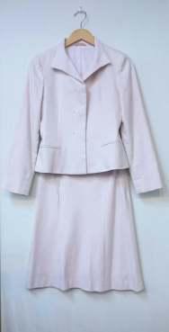 NICOLEのスーツ 淡い桜色で少しラメの入った上品なスーツです 二度着用の美品です✨ サイズは38 入学式にいかがですか🌸